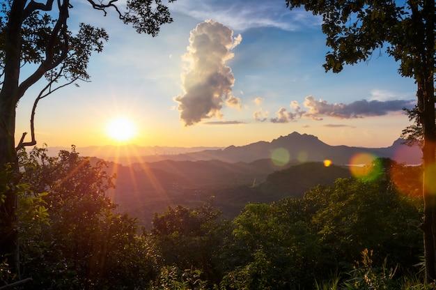 Montagne avec lumière chaude