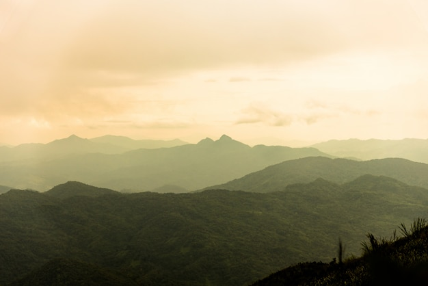 Montagne et mer de brouillard sous la pluie et vue du ciel nuageux
