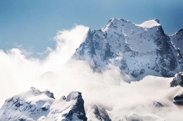 Montagne de neige avec un ciel bleu à sikkim, inde