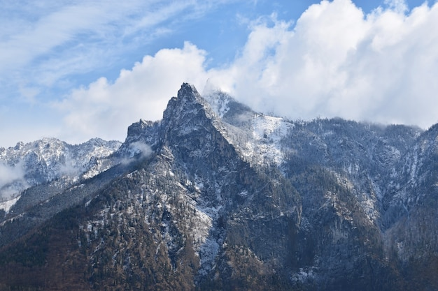 Montagne avec des nuages
