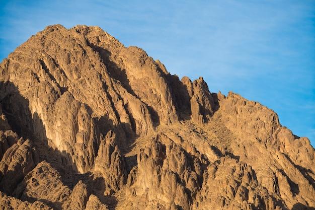 La montagne pittoresque sur fond de ciel bleu