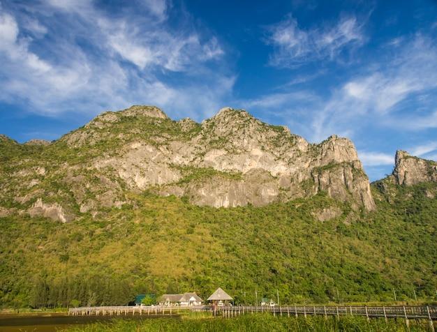 Montagne et pont avec ciel bleu
