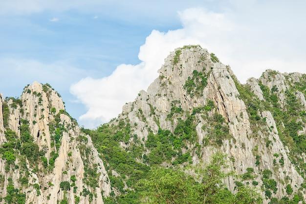 Montagne rocheuse avec un ciel bleu dans la province de nakhonsawan, thaïlande