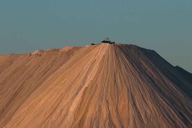 Montagne de sable avec ciel bleu clair