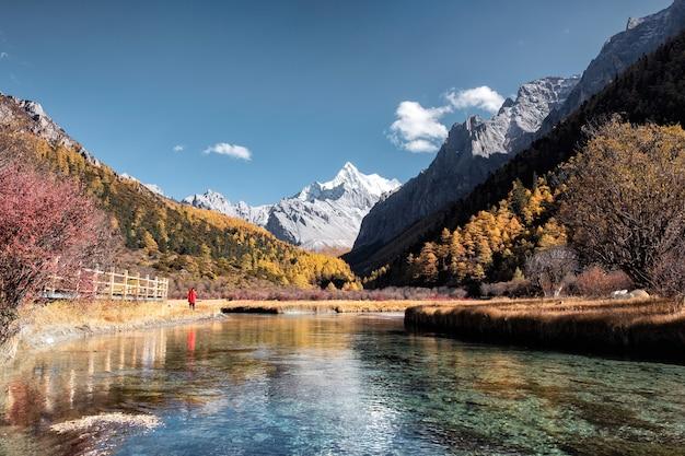 La montagne sainte avec le lac émeraude dans la forêt d'automne à la réserve naturelle de yading, chine