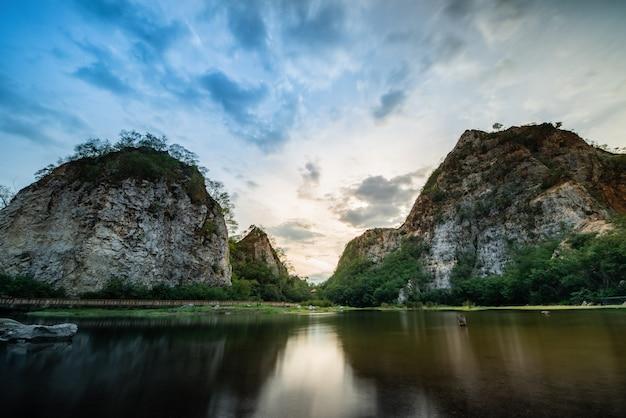 Montagne de serpent et paysage fluvial contraste élevé.