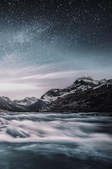 Montagne sous le ciel étoilé