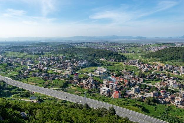 La montagne surplombe les riches villages et villes