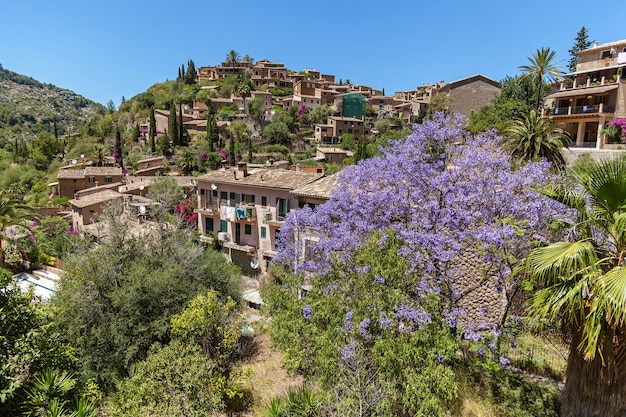 Montagne tramuntana, village de majorque. vue du village en pierre typique de majorque, île des baléares, espagne.