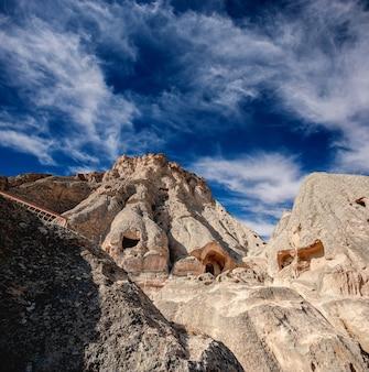 Montagne avec ville grotte intérieure en cappadoce, turquie