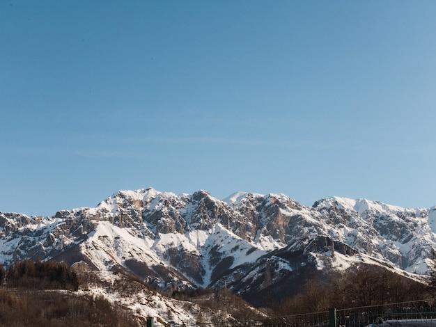 Montagnes alpines enneigées lors d'une journée ensoleillée dans le nord de l'italie