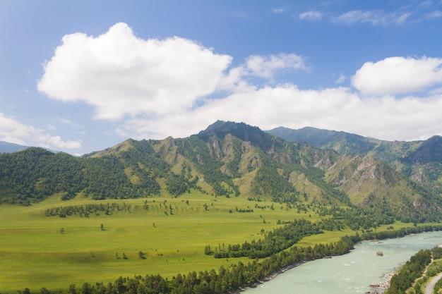 Montagnes de l'altaï. rivière katun.