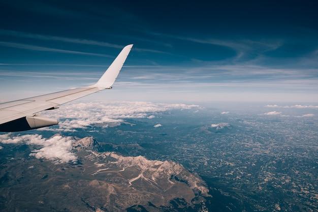 Montagnes des apennins en italie vue depuis la fenêtre de l'avion