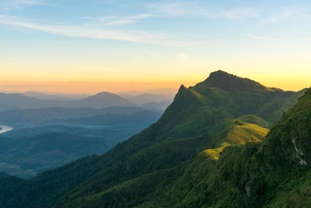Montagnes au coucher du soleil. beau paysage naturel en été
