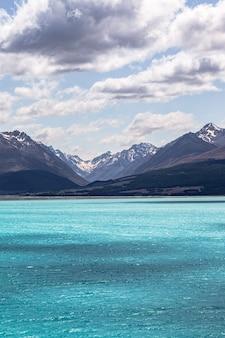 Montagnes au-dessus d'un lac aux eaux turquoises