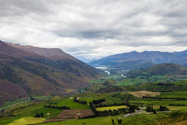 Montagnes bleues et collines verdoyantes de l'île du sud nouvelle-zélande