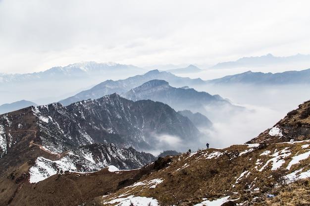 Montagnes avec le brouillard