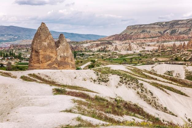 Montagnes calcaires dans les vallées de la cappadoce. grand paysage.