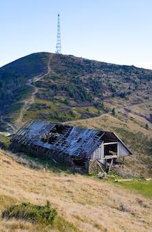 Montagnes des carpates (ukraine) paysage d'automne avec ferme d'élevage de bétail