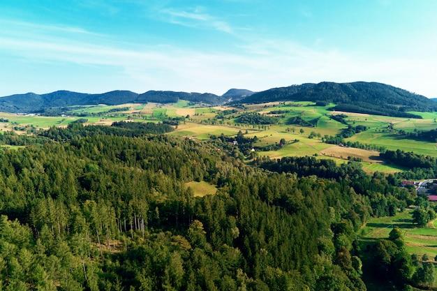 Montagnes et champs verts vue aérienne panorama de beau paysage