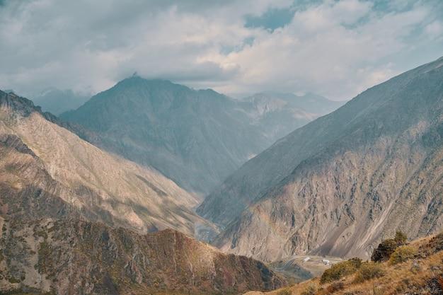 Montagnes et ciel nuageux