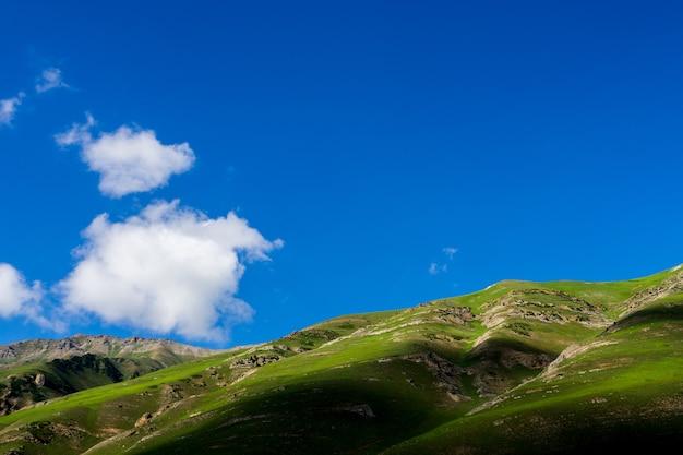 Montagnes coupées dans le ciel au cachemire grands lacs, inde