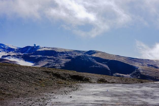 Montagnes couvertes de neige de beau paysage et ciel bleu