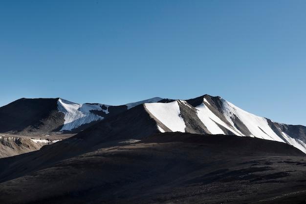 Montagnes couvertes de neige dans le nord de l'inde