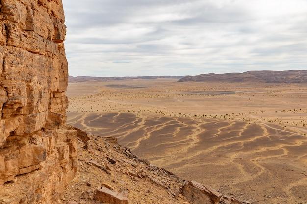 Montagnes dans le désert du sahara