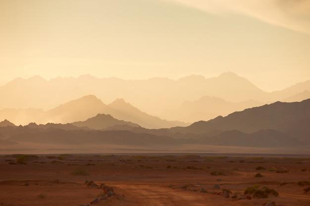 Montagnes dans le désert du sinaï au coucher du soleil