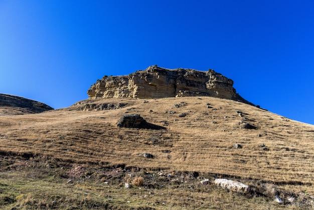 Les montagnes du caucase à l'automne. journée ensoleillée.