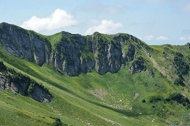 Les montagnes du caucase, près de rosa khutor, sochi, russie
