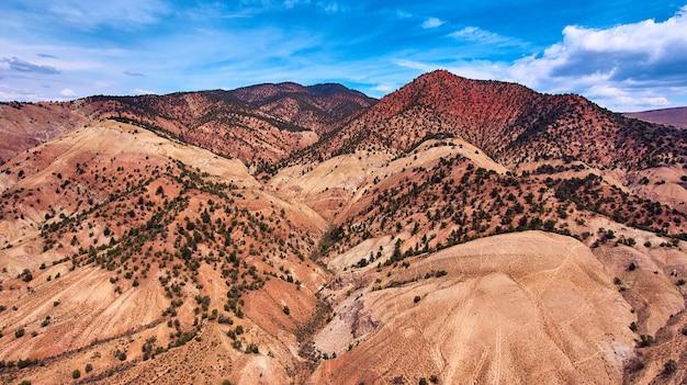 Montagnes du désert du colorado avec des couches de rouge et de jaune