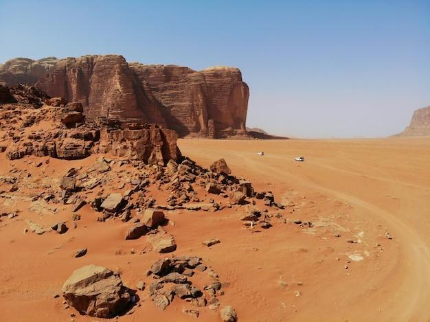 Montagnes du désert wadi rum. vue d'en-haut. royaume de jordanie