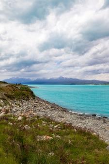 Montagnes sur l'eau turquoise les rives montagneuses du lac pukaki nouvelle-zélande