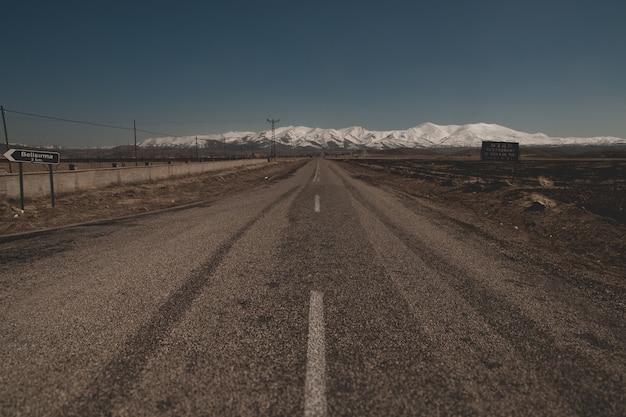 Montagnes enneigées dans la région turque de capaddocia, près de goreme.