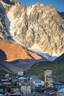 Montagnes enneigées du grand caucase et du village d'ushguli à svaneti, géorgie.