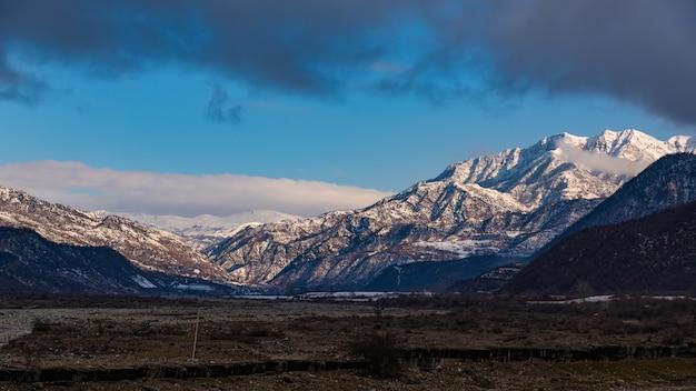 Montagnes enneigées du nord de l'azerbaïdjan