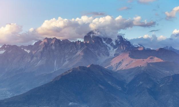 Montagnes enneigées fantastiques