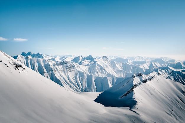 Montagnes enneigées par beau jour de soleil. montagnes du caucase, géorgie.