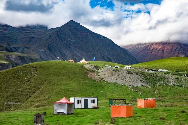 Montagnes d'été herbe verte et paysage de ciel bleu