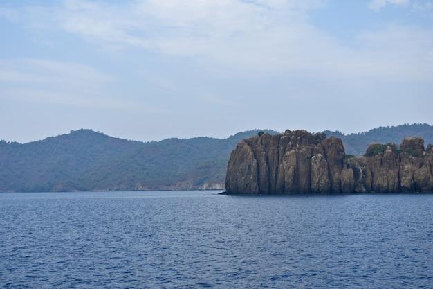 Montagnes et falaises sur la côte de la mer