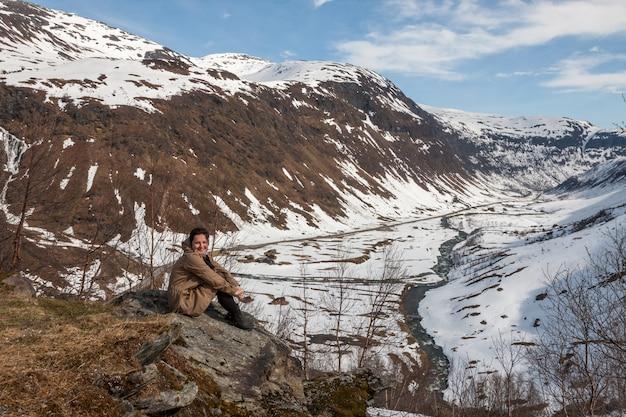 Montagnes, fjord enneigé