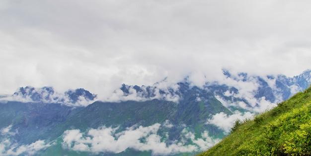 Montagnes de géorgie et rivières de montagne.
