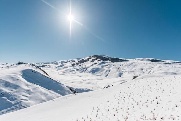 Montagnes d'hiver dans la région de gusar en azerbaïdjan