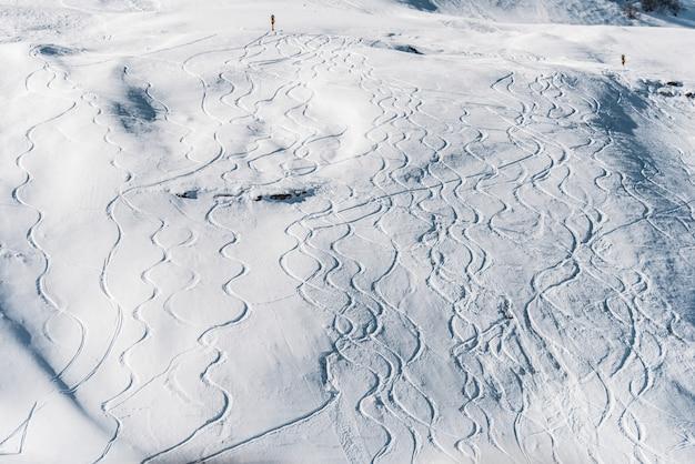 Montagnes d'hiver à la station de ski