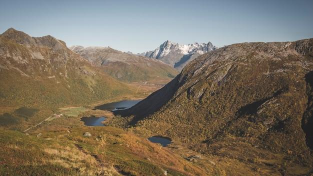 Montagnes sur les îles lofoten en norvège lors d'une journée ensoleillée