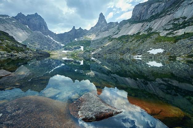 Montagnes et lacs fabuleux, voyages et randonnées, verdure luxuriante et fleurs autour. eau de source dégelée des montagnes. vues magiques sur les hautes montagnes, les alpages