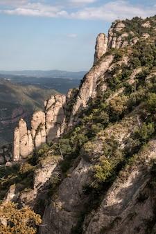 Montagnes de montserrat où se trouve une célèbre abbaye bénédictine près de la ville de barcelone, en espagne.