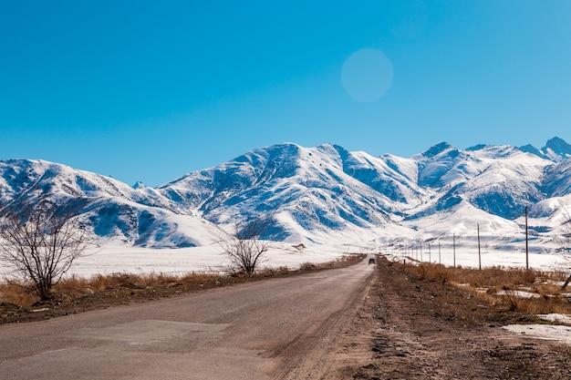 Montagnes avec neige fondante. route de campagne.
